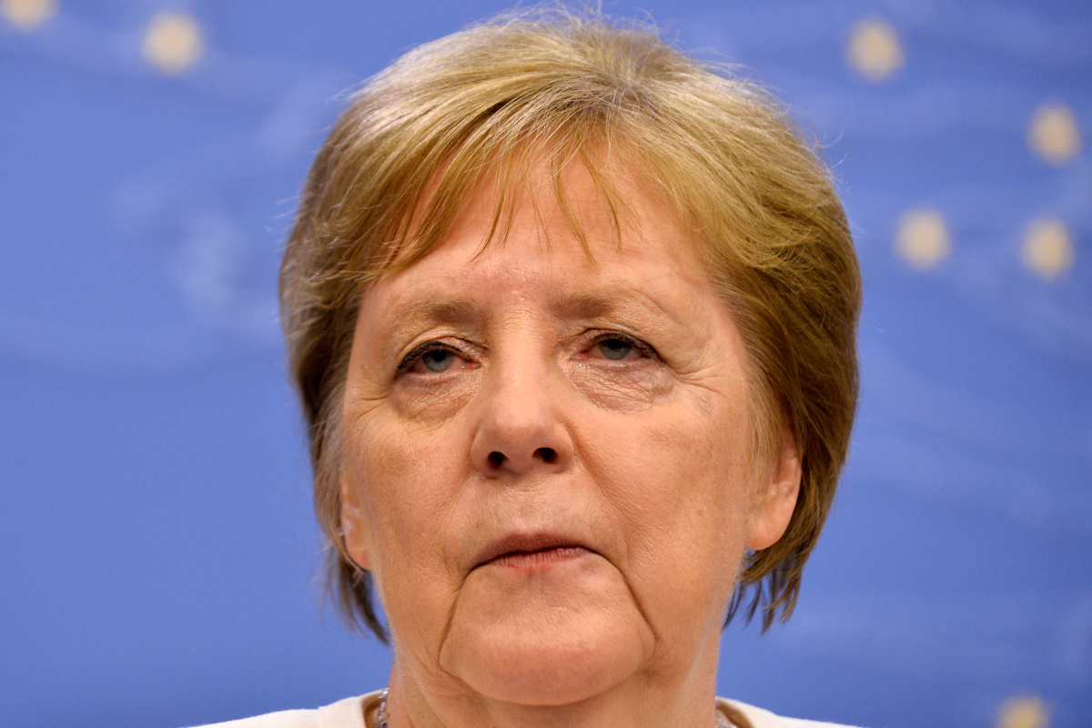 Does Angela Merkel converse English ?